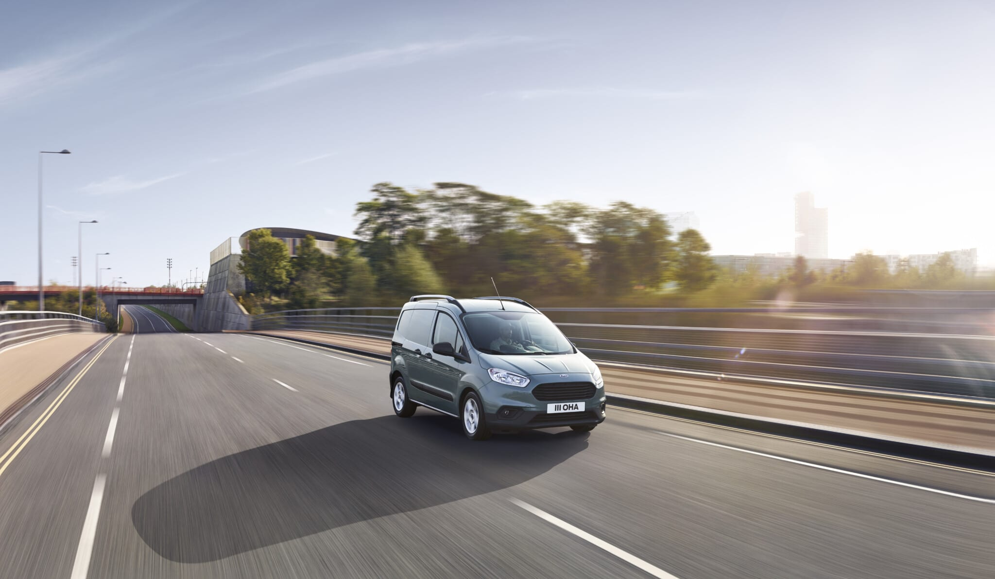 Ford Transit Courier modelo gris